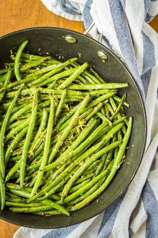 Sauteed green beans with garlic in a fry pan